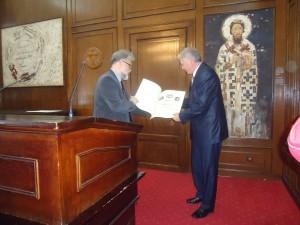 Драган Станић уручује Повељу Љубомиру Милутиновићу